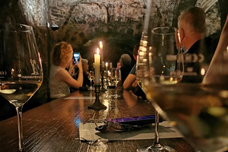 Weinprobe im Kellergewölbe der Vereinigten Hospitien (© Lisa Klose)