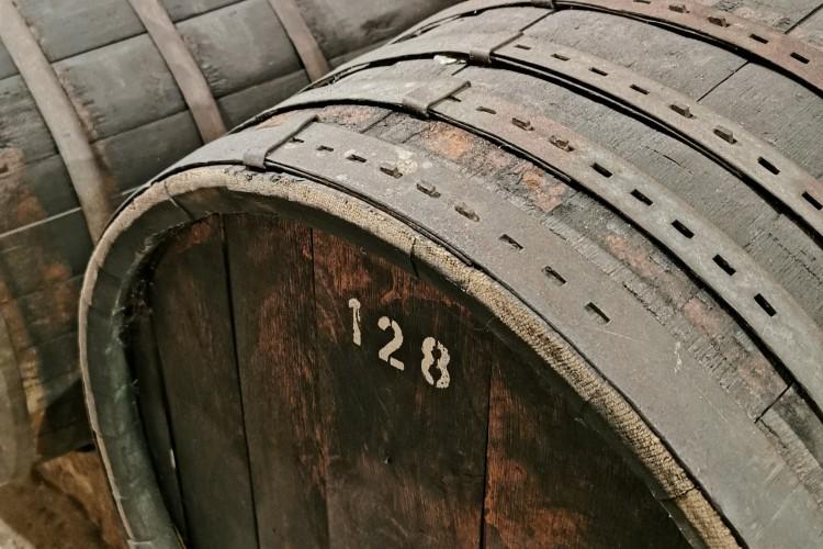 Alte Fässer im Keller der Vereinigten Hospitien (© Lisa Klose)