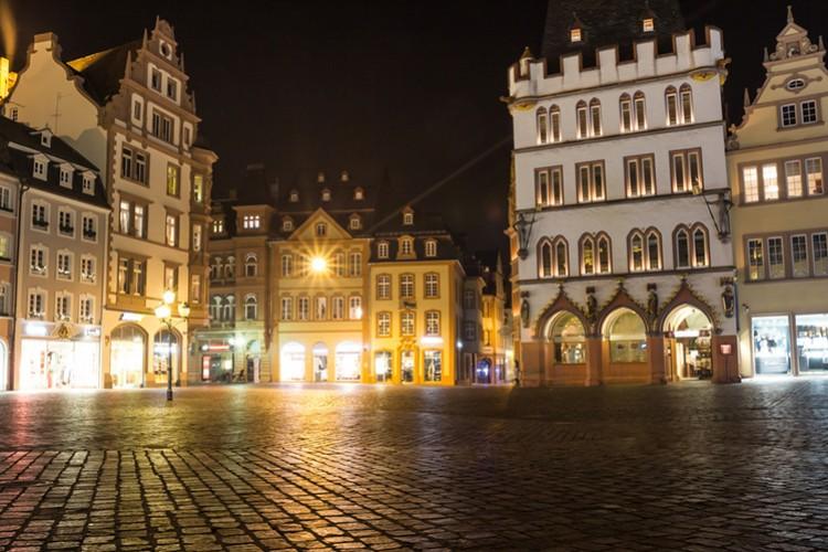 Hauptmarkt Trier bei Nacht (© Tobias Arhelger/shutterstock.de)