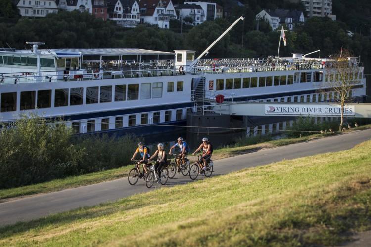 Gruppe Fahrradfahrer am Zurlaubener Ufer (© Melanie Reuß)