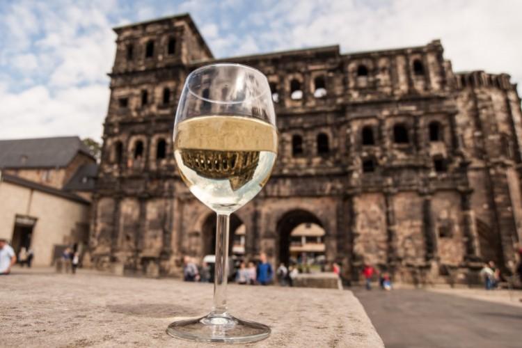 Verre à vin devant la Porta Nigra