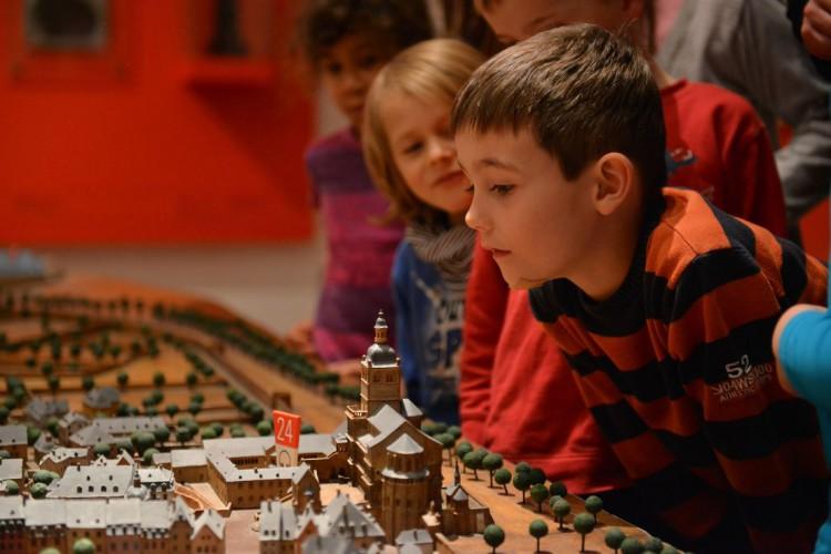 Kinder betrachten das Stadtmodell