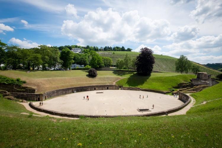 Amphitheater vom Berg im Sommer (© Herbert Schroyen)