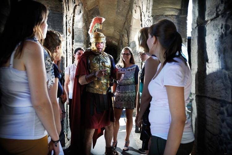 Zenturio mit Gästen der Erlebnisführung - © Yaph