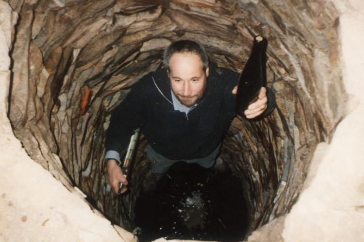 A. Gessinger 1999 beim Versenken der Weine - © Weingut Gessinger