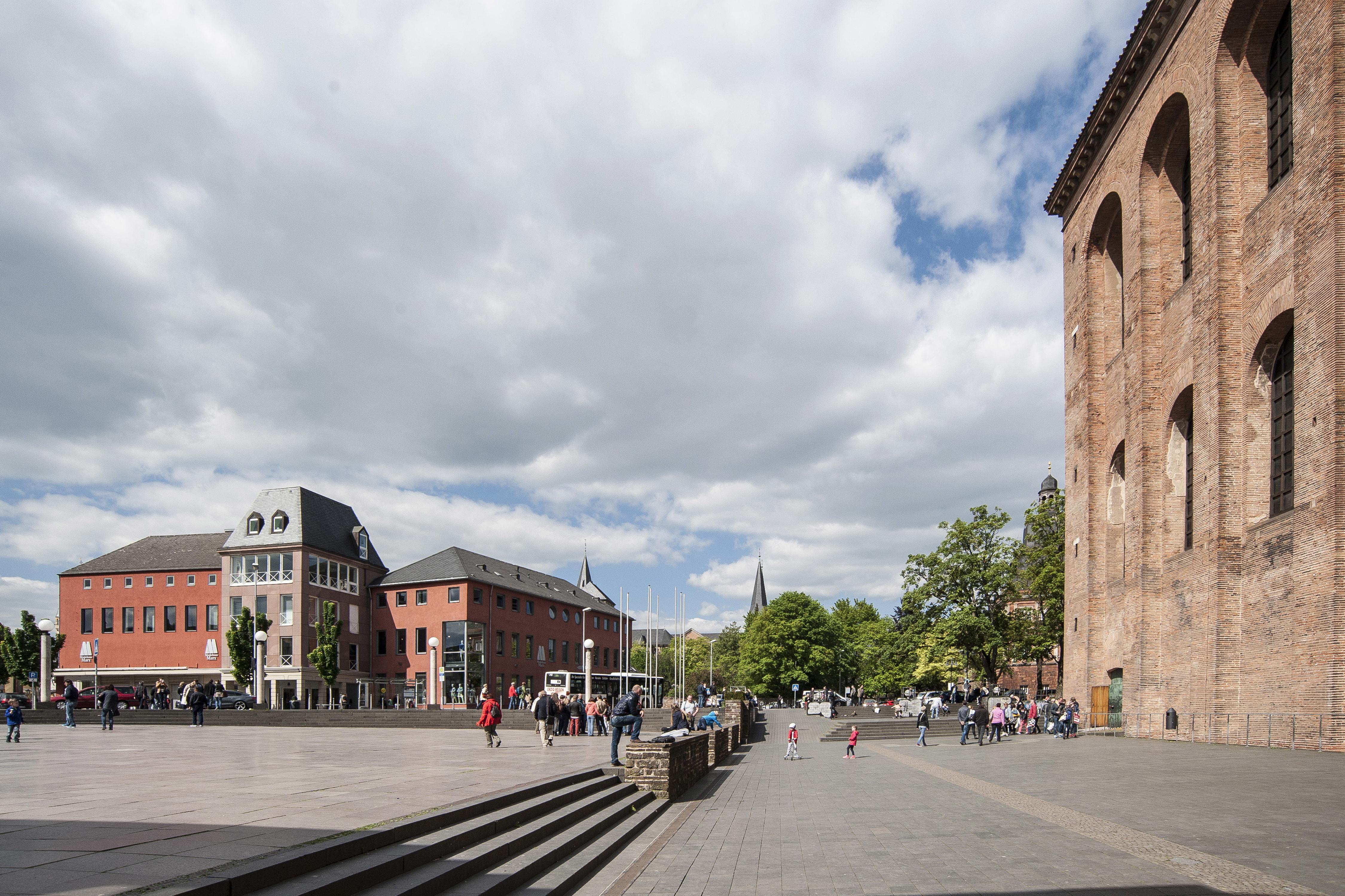 Basilika Vorplatz im Sommer